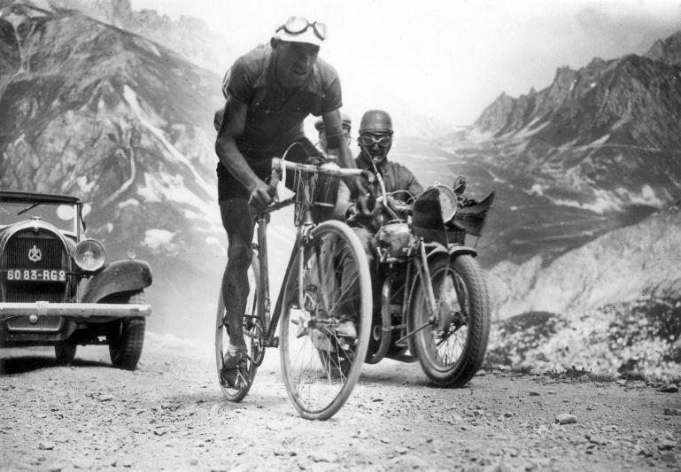 Ancienne photo course cycliste en noir et blanc